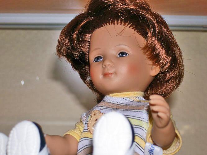 Лицо куклы может восприниматься и как веселое, и как немного грустное