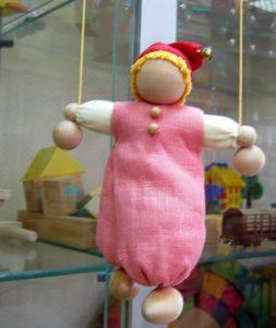 Хорошая игрушка. Классический вариант, мягкая тряпичная, поднимается и опускается по веревкам. Лица нет – полная свобода для фантазии ребенка.