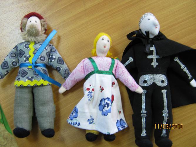 Хорошая игрушка. Справа – отличный пример игрушки, являющейся отрицательным героем. Все три игрушки пальчиковые: ноги игрушки одеваются на пальцы ребенка.