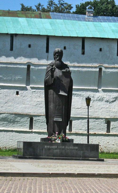 …находится неподалёку от памятника Сергию Радонежскому