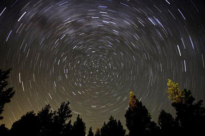При съёмке с длинной выдержкой видно как звёздное небо вращается вокруг «неподвижной» Полярной звезды