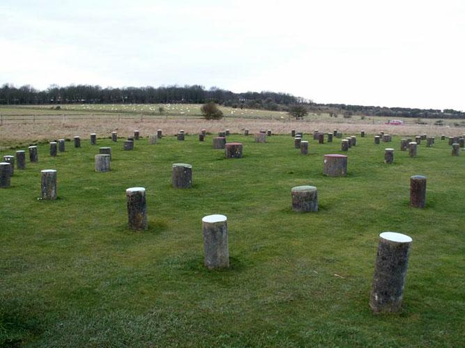 Бетонные столбы на месте отверстий под сваи Вудхенджа – древнего деревянного собрата Стоунхенджа в Британии