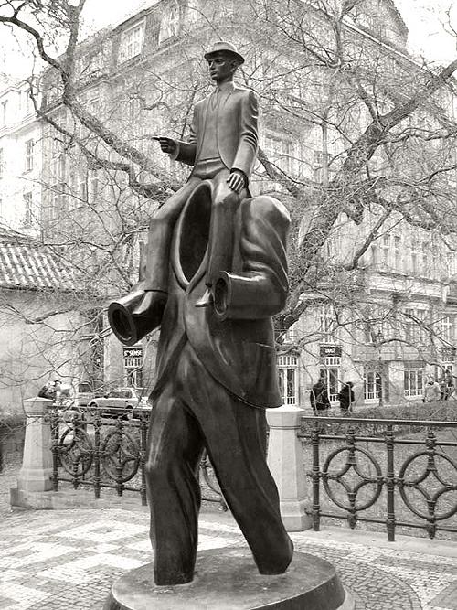 Памятник Францу Кафке в Праге.