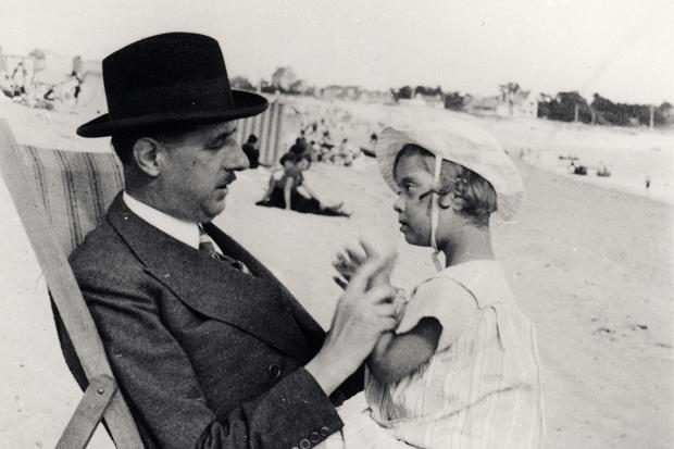Шарль де Голль с дочерью Анной. 1933 г.