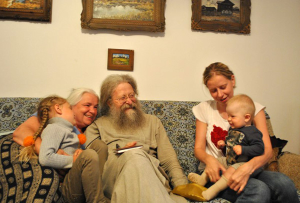 Протоиерей Геннадий и матушка Лидия с дочкой и внучками