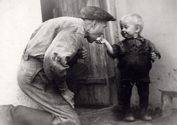 Маленький Генрих угощает отца