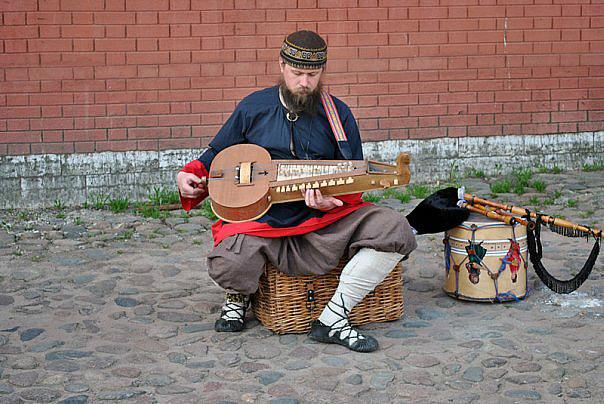 Священник Андрей Битюков играет на колесной лире
