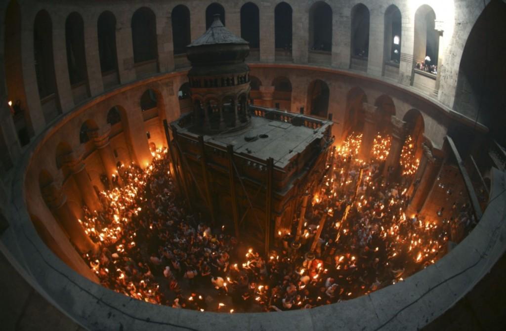 Схождение благодатного огня. Фото: REUTERS