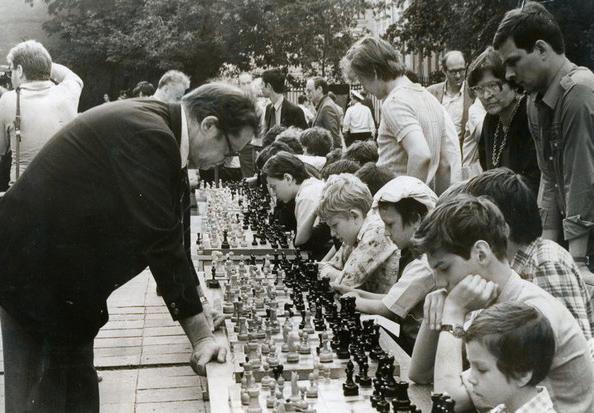 "Гроссмейстер Ю.Л. Авербах. Фото из архива шахматной школы ""Каисса"""