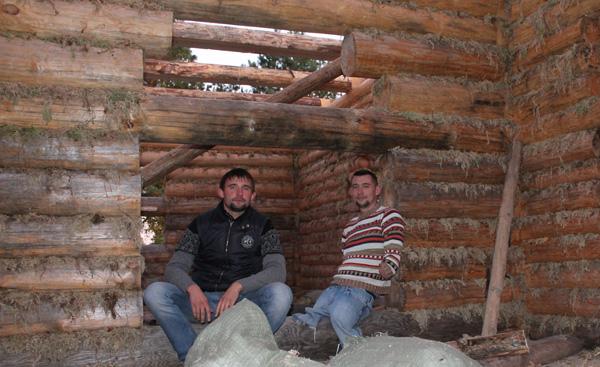Алексей Талай с братом Артуром на строительстве дома. Фото из личного архива
