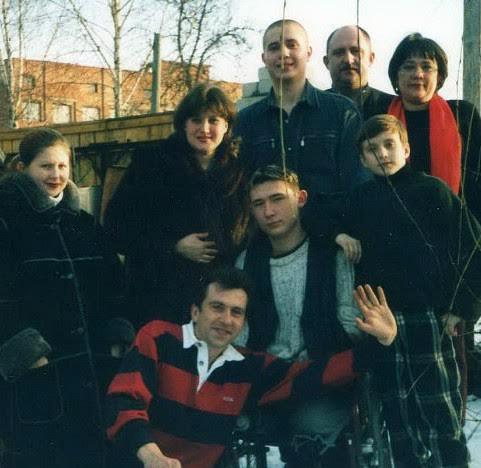 Алексей Талай с родителями (крайние справа во втором ряду) и родственниками, 2001 г. Фото из личного архива
