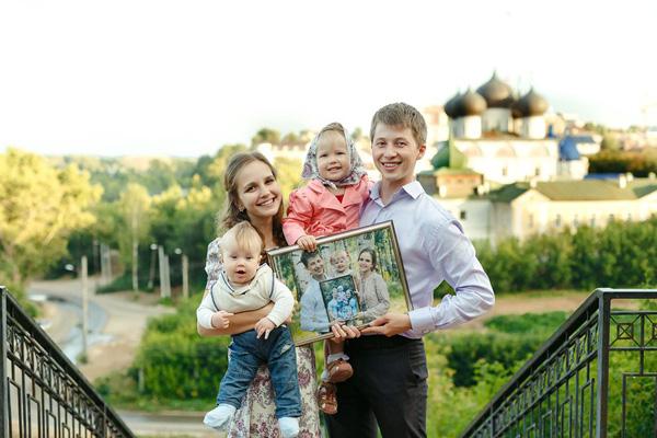 Еще одна семейная традиция Сайфуллиных: в годовщину свадьбы фотографироваться всей семьей с предыдущей фотографией в руках