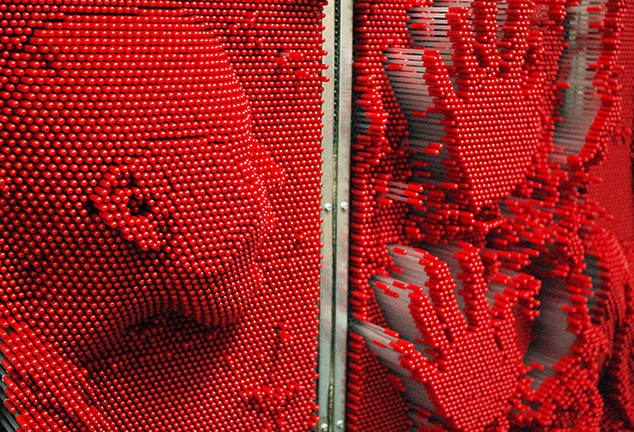 Контактная стена, состоящая из маленьких подвижных стерженьков-пикселей, создаёт довольно точные трёхмерные портрет. Фото Анна Наконечная/Forbes.ua