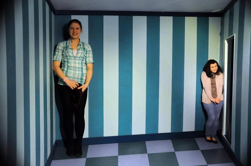 Так смотрятся люди примерно одного роста, стоящие в разных углах комнаты Эймса. Фото: a-a-ah.ru
