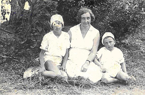 Бабушка Тома с уже подросшими детьми