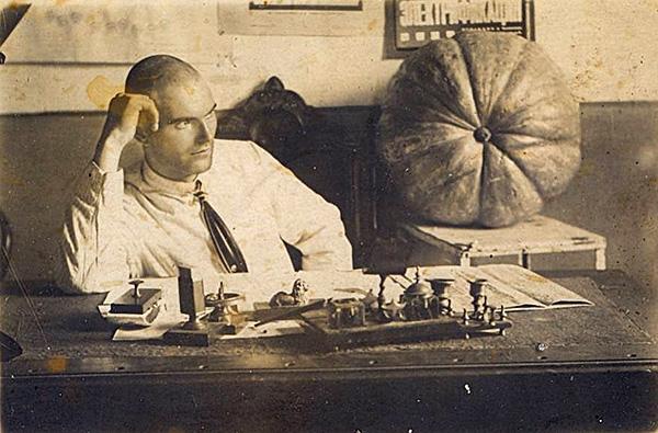 С. Л. Грозный в своем кабинете на Сахалине