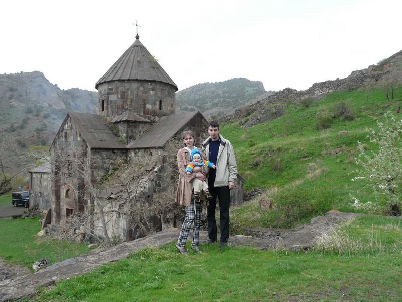 Артемий с мамой Светланой и папой Миаилом в Армении