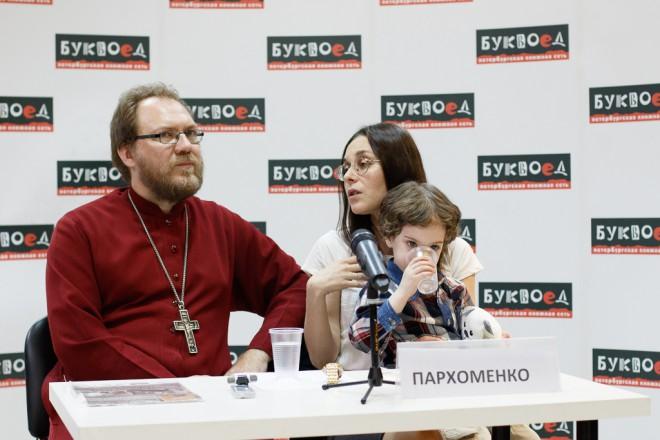 Прот. Константин и Елизавета Пархоменко на презентации своей книги. Фото: Андрей Петров