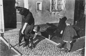 Наказание ребенка, 1935 г.. Источник: Немецкий федеральный архив
