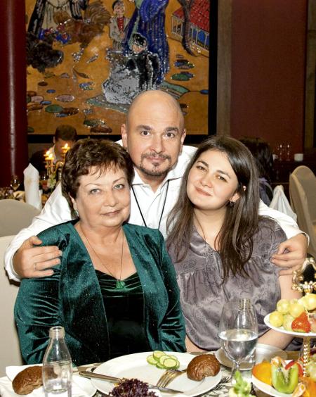Сергей Трофимов с мамой и старшей дочерью Анной