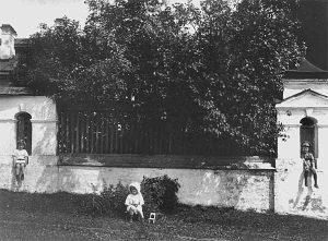 Дети М.О.Меньшикова возле усадебной ограды. 1917. Музей уездного города. Валдай