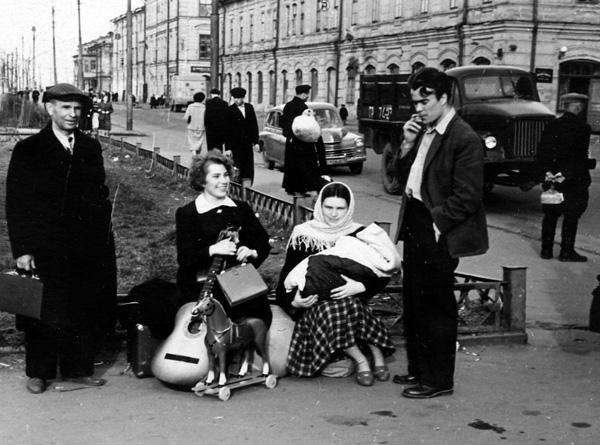 Начало мая 1957 г., Горьковский речной вокзал. Семья Мосиных с новорожденным Алексеем едет в Васильсурск.
